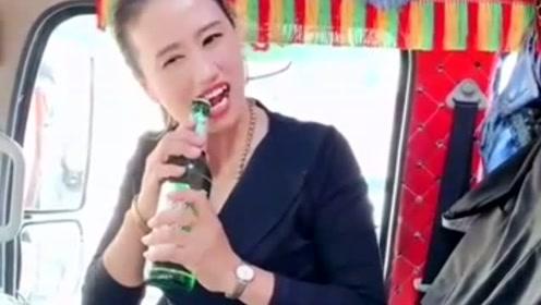 货车女司机太野了,一瓶啤酒拿起瓶就吹,男人自愧不如!