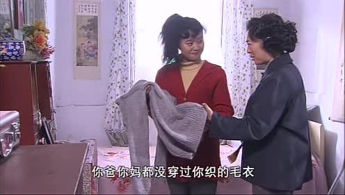 美女给心上人织毛衣!老妈吃醋!这么多年也没见你给我织一件!