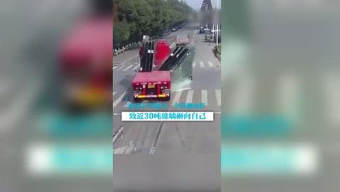 险!电动车驾驶员一个微小动作, 30吨玻璃砸下来!
