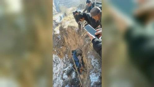 65岁老人骑车意外坠崖 村民一声吼全村人赶来营救