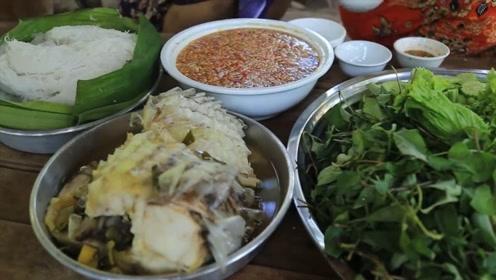 越南小姐姐的河鱼做法,先蒸熟再蘸汤汁吃