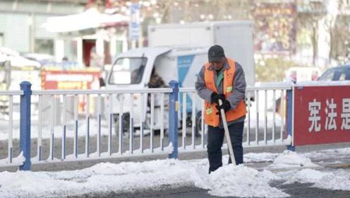 张家口积雪覆盖路面,环卫工一天铲雪12小时