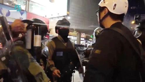 旺角暴徒当面挑衅袭警 结果被催泪烟一招撂倒 香港警队凌晨回应