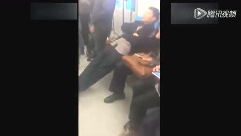 大叔地铁睡觉不讲公德 伸直长腿占据半个车厢