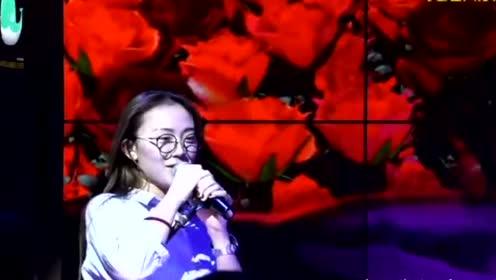 20岁清纯美女唱得太好听,结果唱到高潮时居然被老司机调侃