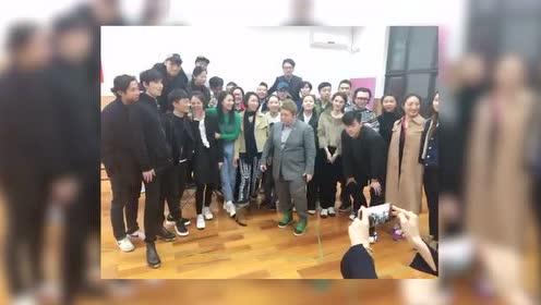 韩红携阿尔兹剧组演员祝黄绮珊0323生日快乐
