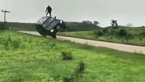 越野车玩两轮行驶 男子的动作很危险