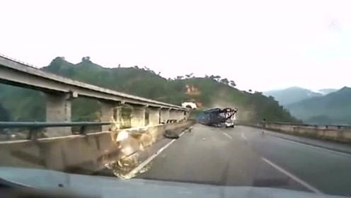 女司机吓得大叫 眼见大货车刹不住撞车
