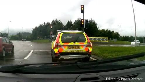撞枪口上了 轿车竟然当着警车面闯红灯