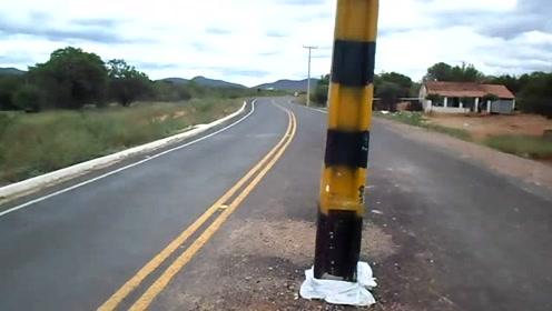 这是怎么想的?电线杆栽在了马路中央
