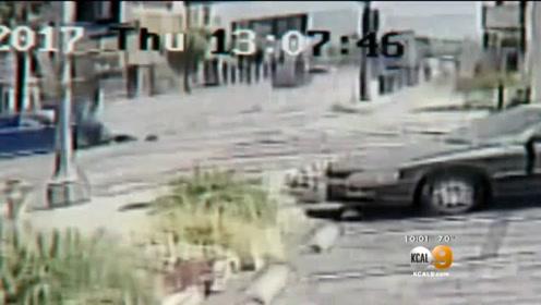 飞来横祸 轿车碰撞后冲入路边咖啡厅