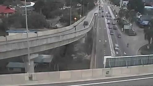 骑摩托车走高架桥,一脚油门飞下桥