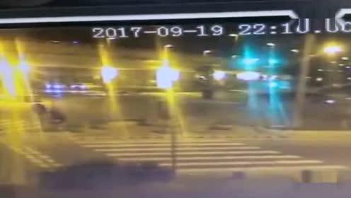 男子骑车过马路 被轿车撞飞数十米身亡