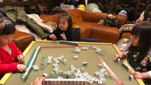贾静雯女儿咘咘打麻将有模有样,翘着兰花指太萌了