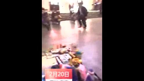 男子持菜刀当街砍伤2人 民警果断将其制服