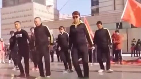 大爷大妈跳鬼步广场舞,步调一致,一点不比年轻人差