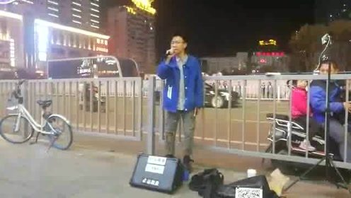 街头歌手一首《修炼爱情》引发路人围观 一开口以为原唱林俊杰来了