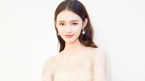 林允出席活动,一身礼服显高贵,网友:能不能换个发型?