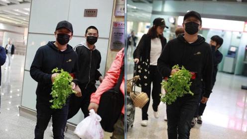 """黄渤机场获粉丝赠一把芹菜 蔬菜配鲜花""""雅俗共赏"""""""