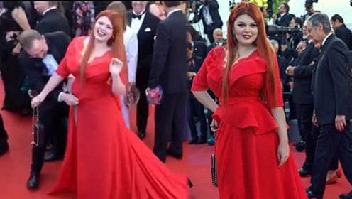 """戛纳红毯最会""""演""""的不是邢小红 而是整个裙子被踩掉的她"""