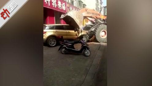 现场:山西一铲车街头砸车 警方称双方系债务纠纷