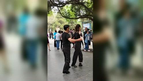 唐山公园男女合跳《三步踩》太精彩了