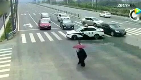 警车拦住后面车辆,前去搀扶一位腿脚不便的老人,大赞!