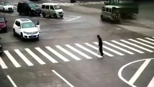 男子因腿脚不便,变灯时还在缓慢过马路,女司机急忙下车搀扶