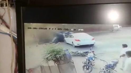 白色小车撞翻小三轮 三轮车后面还有人