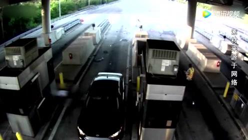 司机睡着撞进收费站 乘客被飞出数10米远 但乘客却奇迹般捡回一命