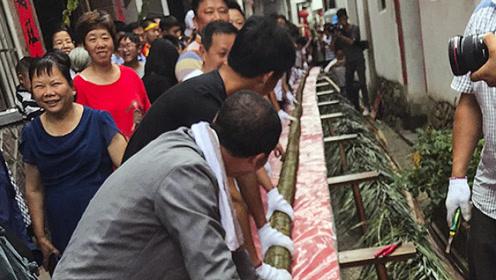 开眼界!50人耗时13小时制作出七层楼高的龙粽