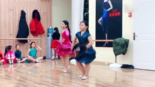 小胖妹跳拉丁舞超有范儿,还是一位表情帝啊!