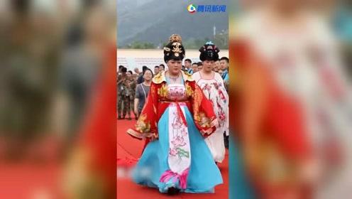 大学男生扮杨贵妃 走台步参加毕业时装秀
