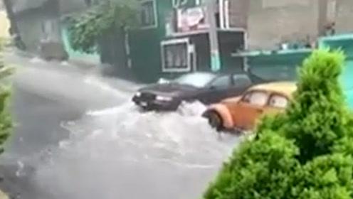 墨西哥狂降暴雨:洪水顺流而下9岁男孩被卷下水道溺水身亡