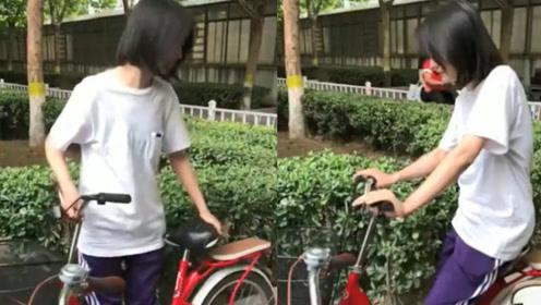 偶遇郑爽骑单车,动作娴熟,暖心提醒街边小朋友注意安全