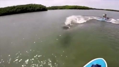 实拍男子湖中游玩时遭到不明生物袭击, 船差点儿被撞翻