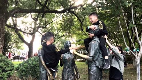 双胞胎吃力爬雕像 未见家长制止