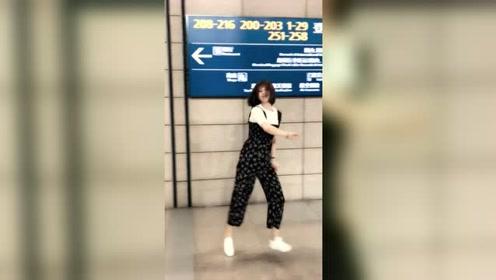 上飞机前秀上一段舞蹈,小姐姐真的是跳舞上瘾啊!