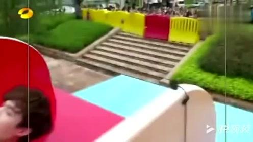 张艺兴玩陡坡游戏, 眼看就要掉下来了, 没想到最后卡住了!