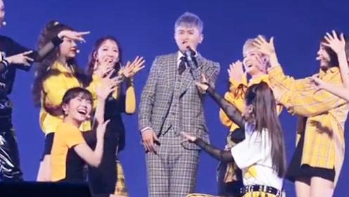 火箭少女太火了,被张杰邀请到演唱会上唱《卡路里》嗨翻全场!