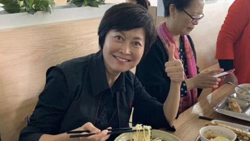崔永元在大学食堂里开面馆,主持人敬一丹捧场竖大拇指:这面不错