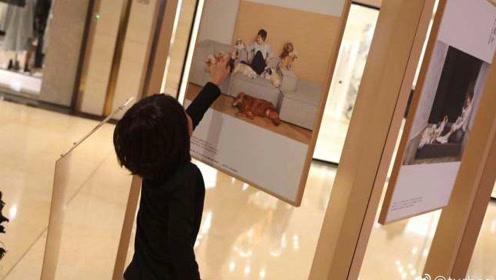 孙俪陪儿子看公益展,等等头发比妈妈还长,看到妈妈照片特骄傲