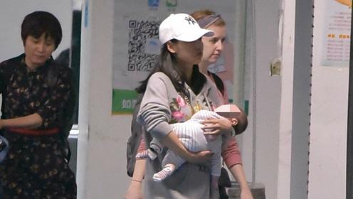辣妈张嘉倪带二胎儿子现身机场 全程亲手抱娃呵护备至