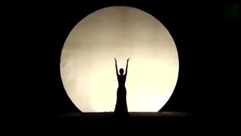 杨丽萍和金星早年的舞蹈视频,这两个舞蹈大师谁跳的好!