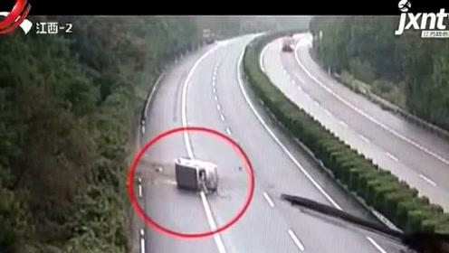 面包车突然失控 横向旋转180度侧翻