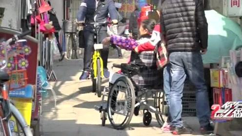 轮椅老人上坡困难,小男孩用尽全身力气帮忙好样的