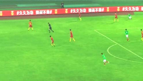 国足小将好生猛!被墨西哥队球员过掉后,奋力直追,飞铲断球