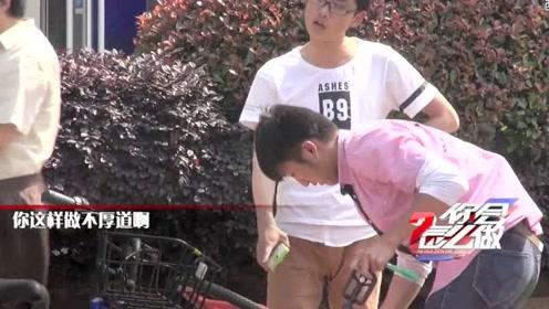 有人当众偷共享单车,两大学生坚决阻拦,并把车放回原位