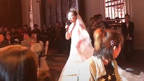 新娘一开口 宾客们的目光就离不开了 一首《最美的期待》惊艳全场
