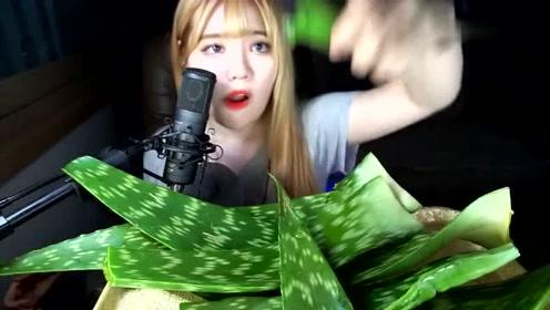 韩国美女吃芦荟,咬一口满满的汁流出来,看着好过瘾